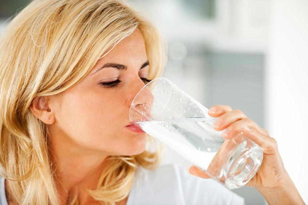 Пить теплую воду натощак